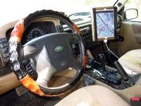 מבחן שטח לנד רובר דיסקברי TD5 משופר. האם רכב המסעות המושלם? תא הנהג עמוס עם מכשירי ניווט, קשר, כפתורים לנעילות הדי'פ. צילום: רמי גלבוע