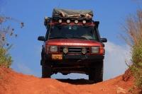 מבחן שטח לנד רובר דיסקברי TD5 משופר. האם רכב המסעות המושלם? עבירות דרך מהלת מתלים מדהים, נעילות די'פ וצמיגי שטח איכותיים. צילום: רמי גלבוע