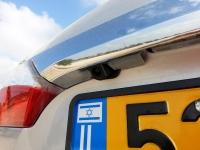 בייקמוביל מבחן רכב טויוטה קורולה החדשה. עדשת מצלמת החניה מציצה מאחור. פריט איבזור מקורי המגיע עם המולטימדיה בכל גרסאות האיבזור. צילום: רוני נאק