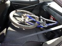 בייקמוביל מבחן רכב טויוטה קורולה החדשה. המושב האחורי מתקפל ומפנה חלל נוסף למטען, הקיפול נעשה מבפנים והפתח שנפער מוגבל יחסית בשל מסגרת השל\'דה. צילום: רוני נאק