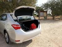 בייקמוביל מבחן רכב טויוטה קורולה החדשה. דלת תא המטען מתרוממת בניצב לקרקע. אהבנו את החיפוי לזרועות פחות את הדיפון הפנימי. צילום: רוני נאק
