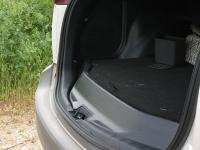 מבחן רכב טויוטה RAV 4. מבט צד על רצפת תא המטען המוגבההת. תחת המכסה שוכן גלגל חלופי. צילום: רוני נאק