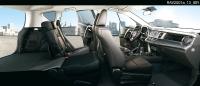 מבחן רכב טויוטה RAV 4. תא הנהג החדש מעוצב סביב הקווים המותגיים העדכניים. הוא עמוס במשטחים וזוויות חדות. עשוי היטב ומדופן בעור. מושב 2/3 אחורי מתקפל. צילום: טויוטה
