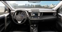 מבחן רכב טויוטה RAV 4. תא הנהג החדש מעוצב סביב הקווים המותגיים העדכניים. הוא עמוס במשטחים וזוויות חדות. עשוי היטב ומדופן בעור. צילום: טויוטה