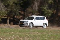 מבחן רכב טויוטה RAV 4. דור שלישי טויוטה RAV 4, כאן במבחן רכב לאתר שטח. מערכת הנעה חסכונית בדלק ובביצועים. היגוי אקטיבי למניעת תאונה - השטח נותר מאחור. צילום: פז בר