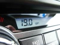 מבחן רכב טויוטה RAV 4. בקרת האקלים יעילה אולם החווי שלה ארכאי למראה ומגע המיתוג לא מותיר רושם שישרוד לאורך זמן. צילום: רוני נאק
