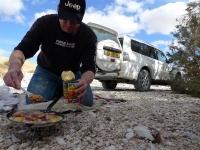 מסלול שטח במערב מכתש רמון. דניאל זך רוקח ארוחת בוקר בשטח צילום פז בר