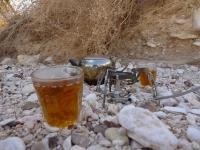 מסלול שטח במערב מכתש רמון. תה מתוק וחם בלב מדבר צילום פז בר