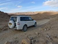 מסלול שטח במערב מכתש רמון. מיצובישי פאג\'רו 2011 מציץ ממפער פיתם למכתש רמון צילום פז בר