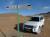 מסלול שטח במערב מכתש רמון. מיצובישי פאג\'רו 2011 בצומת דרכים בלב מכתש רמון צילום פז בר