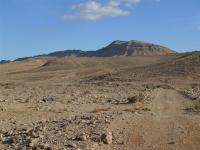 מסלול שטח במערב מכתש רמון. שביל והר בלב מדבר צילום פז בר