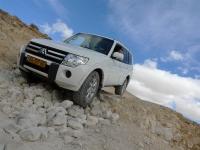 מסלול שטח במערב מכתש רמון. מיצובישי פאג\'רו 2011 מתמודד עם מכשולים ראשונים בנחל ערוד צילום פז בר