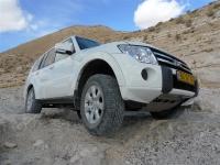 מסלול שטח במערב מכתש רמון. מיצובישי פאג\'רו 2011 מתמודד עם מכשולים בעומק נחל ערוד צילום פז בר