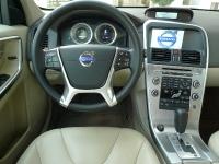 מבחן רכב משווה וולוו XC60 מול ב.מ.וו X3. סביבת הנהג של וולוו XC60 נעימה ובולטת בניקיון שלה. כשהוצג הדגם העיצוב היה חדשני, כעת כבר ראוי לעדכון. עם זאת האיכות הכוללת מצויינת ורק קוטר גלגל ההגה מעט גדול לטעמנו ולא מתאים לאופי הדינאמי של המכונית. צילום:פז בר