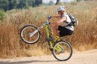 מבחן אופניי YETI SB66. חלוקת משקל אחורית מאפשרת הנפת גלגל קלילה כמעט בעל מצב. גם הפעם אפשר לשחק עם זה בעזרת קיט מתלים שיהיה יותר XC. צילום: פז בר