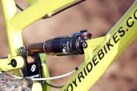 מבחן אופניי YETI SB66.  הנה עוד מבט על מתלה SWITCH של YETI. ציר הזרוע משנה את כיוון הסיבוב בערך משני שליש המהלך. הייתי סקפטי אבל זה פאקינג עובד מעולה! צילום: פז בר