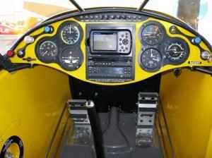 תא טייס מינימאליסטי אך מכיל מערכת ניווט יעילה עם עדכוני תנועה ומזג אוויר