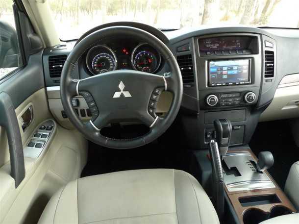 מיצובישי פאג'רו תא הנהג איכותי מערכת המולטי מדיה מקומית. צילום פז בר
