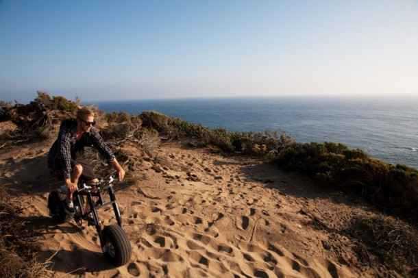 הצמיגים הרחבים נועדו לאפשר ניידות קלה יחסית גם בחול עמוק או בשטח קשה לעבירות
