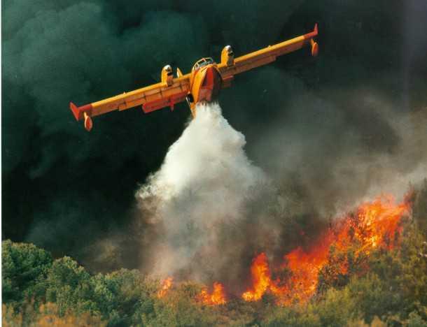מטוס כיבוי אש בפעולה. במוברדייה 415 צילום:בומברדייה