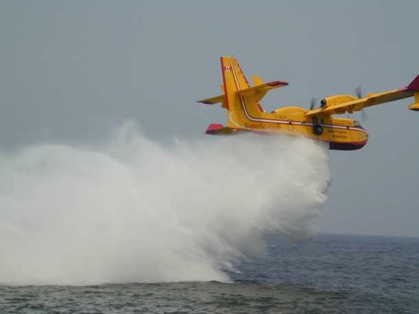 שש טונות מים מוטלים מגובה נמוך ובמהירות טיסה איטית. הדגמת כיבוי שריפה. צילום: במוברדייה