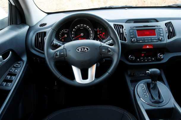 קיה ספורטאז' 2011 במבחן שטח. תא הנהג וסביבת הנוסעים מעוצבים ונאים. איכות החומרים מעציבה צילום פז בר