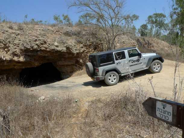 מסלול טיול שטח מחצבת הכורכר בשמורת גברעם. ג'יפ רנגלר מדגים צילום: פז בר