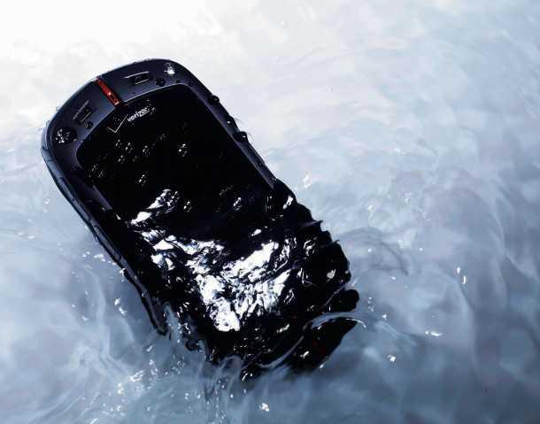 סמארטפון קשוח בשטח. נפל לאסלה? אל חשש הנייד המוקשח לשטח של קסיו מסוגל לשהות עד חצי שעה מתחת למטר של מים צילום: CASIO