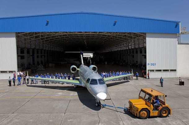 אמבראר לגסי 500 הראשון יורד מקו היצור. מטוס המנהלים החדש נכנס בנישה משלו ועם תג מחיר של 18 מיליון דולר אמור להיות תחרותי ביותר. צילום: EMBRAER