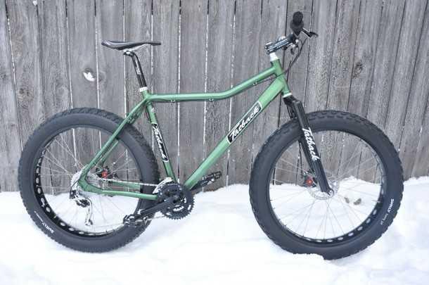 """אופני הרים שמנים או בקיצור """"שמנדריקים"""" באיזור המחייה הטבעי - אלסקה. צמיגים ברוחב עד 4.5 אינצ' כל השאר לא ממש חשוב. צילום: fatback"""