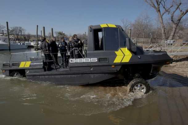 """גיבס פיביאן. צוות אבטחה יוצא מנהר הפוטומק בוושינגטון בירת ארה""""ב, בעת ההדגמה השבוע. צילום: GIBBS"""