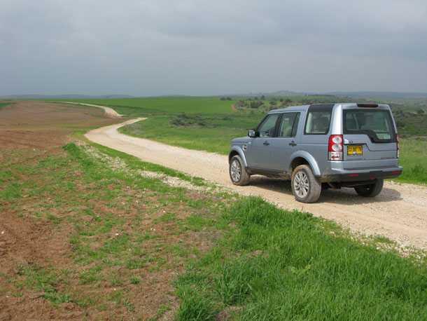 לנד רובר דיסקברי 4 GS במבחן שטח. הצללית ללא שינויים וכך גם נוחות הנסיעה מעולה ויכולת לייצר נוף נפלא מהחלונות הגדולים. צילום: רוני נאק