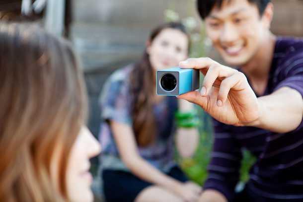 Lytro Lifestyle Electric Blue_Photographer. קטנה וכחולה. מצלמה דיגטאלית שנכנסת לכיס ומסוגלת לעשות דברים חדשים.