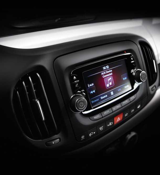 השקה עולמית פיאט 500L. מערכת מולטימדיה עם מסך מגע וטכנולוגיית BEATS שמוסיפה המון צבע לסאונד. צילום: FIAT