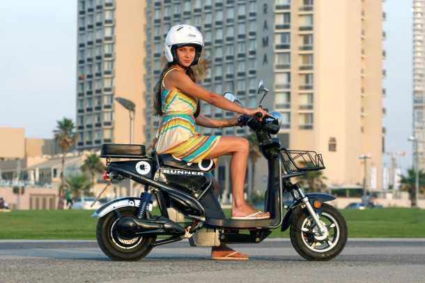 מבחן דרכים GMI RUNNER. קטנוע עירוני מגניב במחיר 9,000 שקלים ועלות חודשית של כרטיסיית אוטובוס. צילום: פז בר