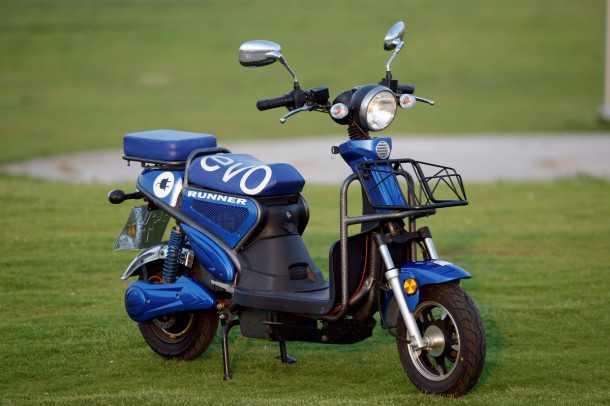 """מבחן דרכים GMI RUNNER. תכליתי וזול, זה סוד הקסם של הקטנוע החשמלי המיוצר לצד הג'יפ סופה בתע""""ר נצרת. צילום: פז בר"""