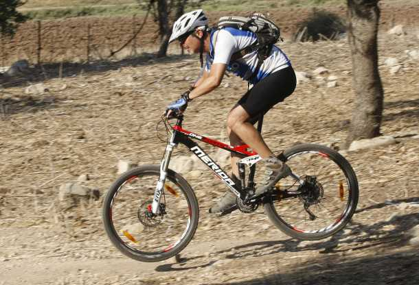 מבחן אופניים מרידה 140 XT-D. כאן אופני ההרים של מרידה זורחים: שביל מהיר, אבנים שתולות, שורשים ודרדרת - איזה כיף! צילום: פז בר