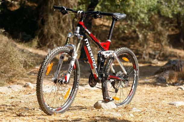 מבחן אופניים מרידה 140 XT-D. קיט אביזרים איכותי מאד - במחיר סביר גם אם לא מאד זול - תמורה טובה לכסף. צילום: פז בר