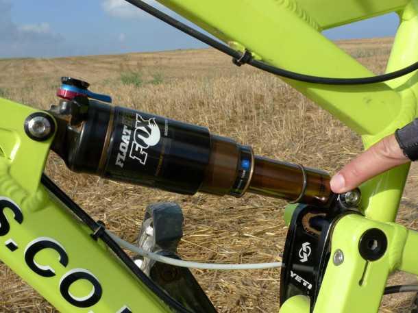 """מבחן אופניים YETI SB66. הרבה דברים בחיים תלוים בחיכוך. ציפוי """"קאשימה"""" זהוב על ציר הבולם מוריד אותו לרמה מגוחכת - וכן זה עובד מעולה!. צילום: פז בר"""