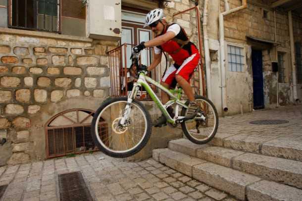 טיול אופניים בעיר צפת. מפגש מרתק עם אלפי שנות היסטוריה ומדרגות. קנונדייל ג'קיל מקפצים. צילום: פז בר