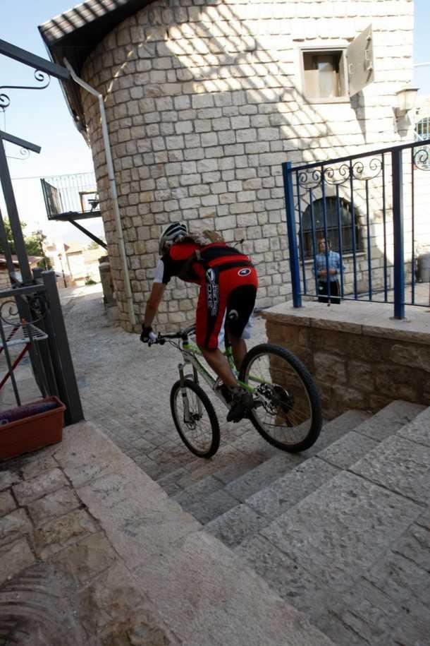 טיול אופניים בצפת. ניווט חופשי במדרגות העיר העתיקה חושף שכיות חמדה מאחרי כל עיקול ובתחתית כל גרם מדרגות. צילום: פז בר