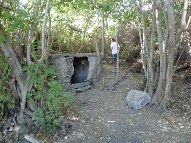 עין עזי. מבנה בטון קטן מסתיר באר עם מים צלולים ומזמינים. צילום: פז בר