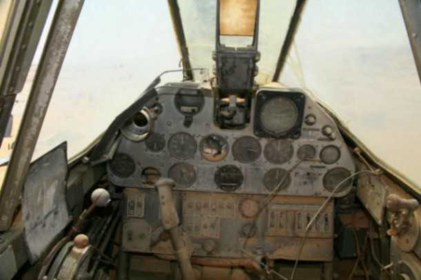 תא הטייס שלם באופן מפתיע - לפחות עד ששודדי העתיקות הגיעו אליו. רבים הסיכויים שהטייס ניצל בנחיתה אבל לא שרד את המדבר. צילום: PNBS