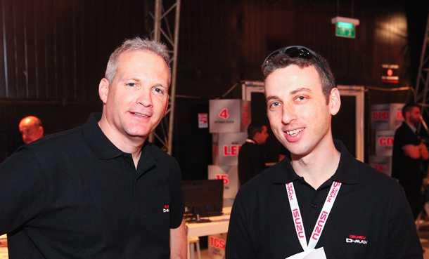 """אור קליין (מימין) מנהל מותג איסוזו וירון גורטלר (שמאל) סמנכ""""ל השיווק ב-UMI. צילום: רונן טופלברג"""