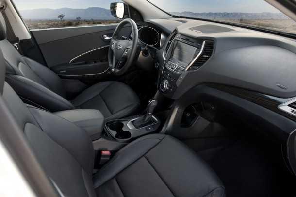 יונדאי סנטה פה החדש. מבחוץ SUV מבפנים רכב מנהלים. חלל הפנים של יונדאי סנטה פה החדש ממשיך ומפתח את הפנים של i40 הגדולה. צילום: HYUNDAI