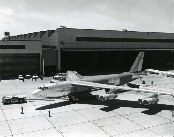 בואינג B52 האחרון יורד מפס היצור במפעל בקנזס. 50 שנים אחרי הוא עדיין מבצעי. צילום: BOEING