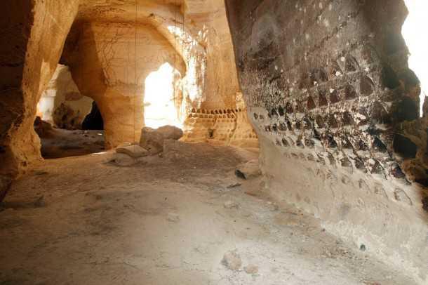 טיול 4X4 עם יונדאי IX35. קולומבריום לגידול יונים במערות הפעמון העצומות של לוזית. צילום: פז בר