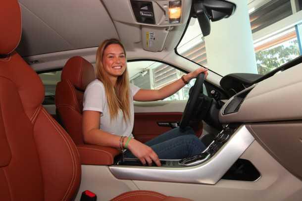 """ריינג' רובר איווק במבצע. שש מכוניות אחרונות במחיר """"שפוי"""" לקראת סופהשנה. הזדמנות - יחסית - לרכוש את את אחת המכוניות המעוטרות ביותר של 2012. והנה עוד צילום של בר רפאלי. צילום: רונן טופלברג"""