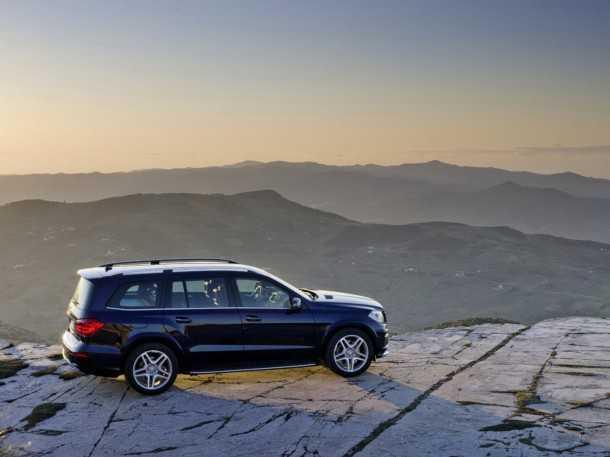 """מרצדס GL 2013. בסיס הגלגלים לא השתנה, המשקל העצמי ירד ועם 557 כ""""ס זה ה-SUV עם שבעה מושבים לבני המגזר הממהרים. צילום: מרצדס"""