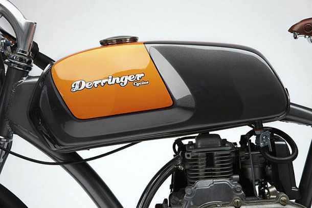"""מיכל הדלק מרוקע בעבודת יד ומכיל 7.4 ל' של דלק אשר יספיקו לכ-500 ק""""מ. מנוע 4-פעימות שקט מאד ועומד בתקני הזיהום העדכניים. המנוע יביא את האופניים הלו ל-50 קמ""""ש. צילום: דרינג'ר"""